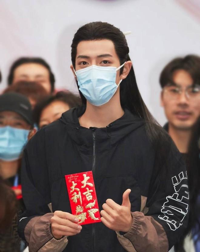 """Tiêu Chiến khoe visual đỉnh cao tại lễ khai máy Ngọc Cốt Dao, netizen xuýt xoa """"khẩu trang cũng không thể che được vẻ đẹp này"""" - Ảnh 1."""