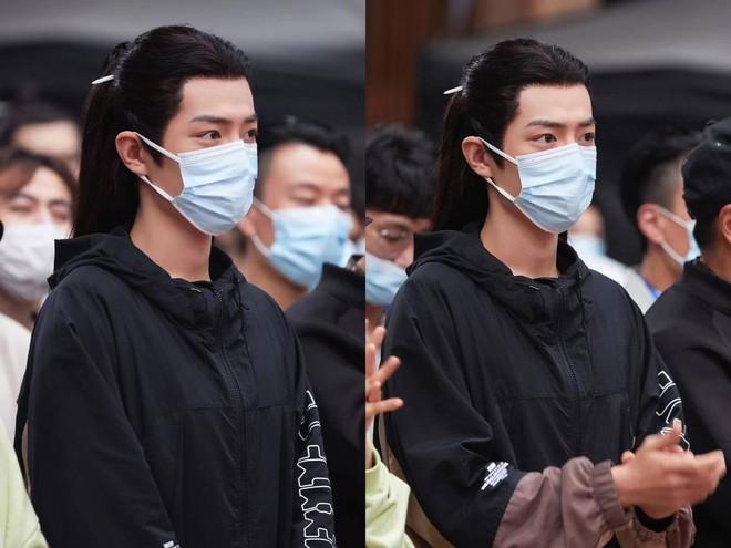 """Tiêu Chiến khoe visual đỉnh cao tại lễ khai máy Ngọc Cốt Dao, netizen xuýt xoa """"khẩu trang cũng không thể che được vẻ đẹp này"""" - Ảnh 2."""