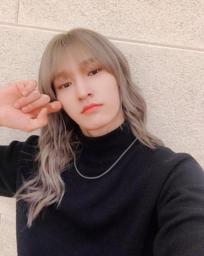 Nam idol phải để kiểu tóc kín mắt suốt 1 năm chỉ để nhóm nhạc nổi tiếng, đến nay mới hé lộ nhan sắc thật ngỡ ngàng - Ảnh 8.