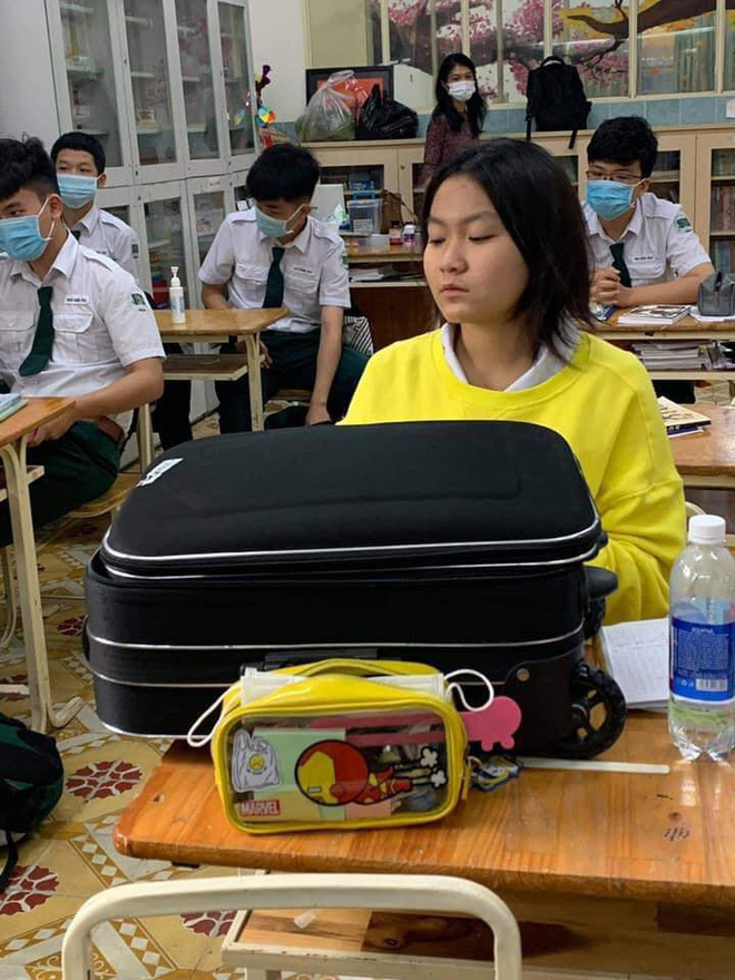 Nữ sinh làm hành động có 1-0-2 khi quên sách vở, cô giáo nhìn vào chỉ biết bất lực trách Hờn! học sinh - ảnh 1