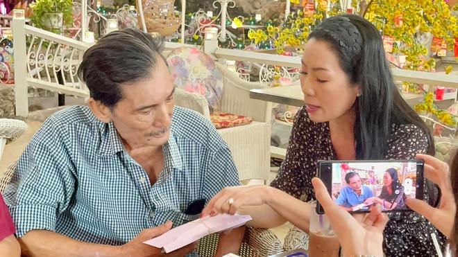 NS Thương Tín bỏ 100 triệu đồng vào túi áo định chạy xe máy về Phan Rang, Trịnh Kim Chi và bạn bè vội vàng ngăn cản - ảnh 4
