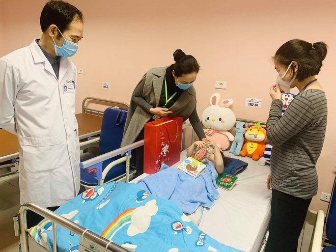 Bé gái 3 tuổi rơi từ tầng 12 chung cư được ra viện sau 5 ngày: Đây thực sự là niềm hạnh phúc quá lớn lao của gia đình - ảnh 2