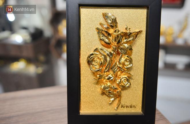 Cận cảnh hoa hồng đúc vàng giá 330 triệu đồng được đại gia Hải Phòng mua làm quà tặng ngày 8⁄3 - Ảnh 9.