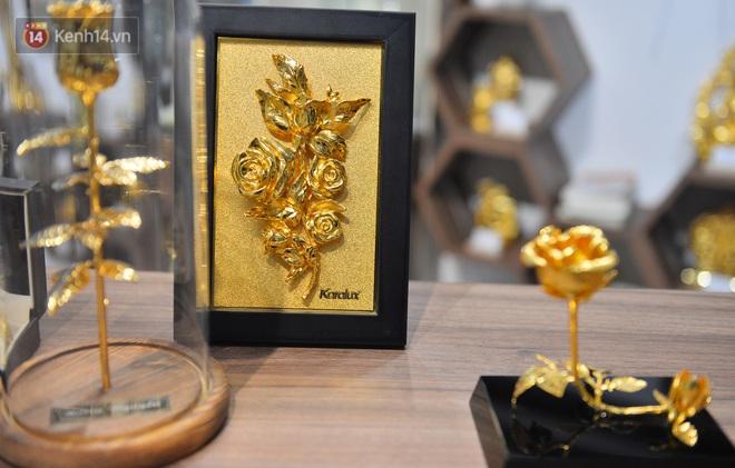 Cận cảnh hoa hồng đúc vàng giá 330 triệu đồng được đại gia Hải Phòng mua làm quà tặng ngày 8⁄3 - Ảnh 10.