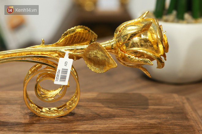 Cận cảnh hoa hồng đúc vàng giá 330 triệu đồng được đại gia Hải Phòng mua làm quà tặng ngày 8/3 - Ảnh 2.
