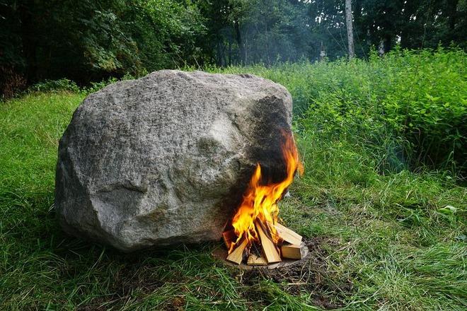 Bí ẩn tảng đá cứ đốt nóng là phát sóng wifi - ảnh 1