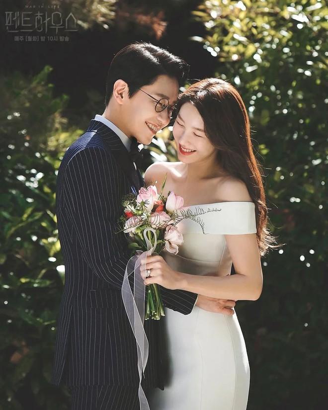 Bộ ba nữ chính Penthouse diện váy cưới: Tiểu tam lồng lộn hết cỡ nhưng có đánh bại được sự tinh tế của bà cả Lee Ji Ah? - ảnh 2