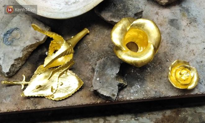Cận cảnh hoa hồng đúc vàng giá 330 triệu đồng được đại gia Hải Phòng mua làm quà tặng ngày 8⁄3 - Ảnh 6.
