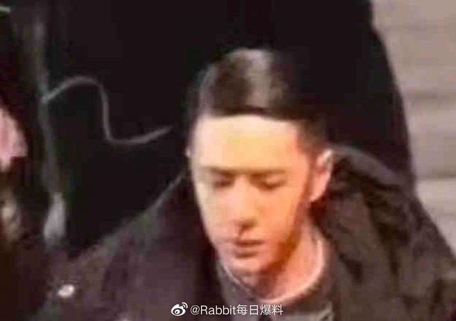 Vương Nhất Bác lột banh xác với đầu tóc vuốt keo óng mượt ở phim mới, fan nhìn lầm sang nhân vật Naruto lẫn Erik? - ảnh 3