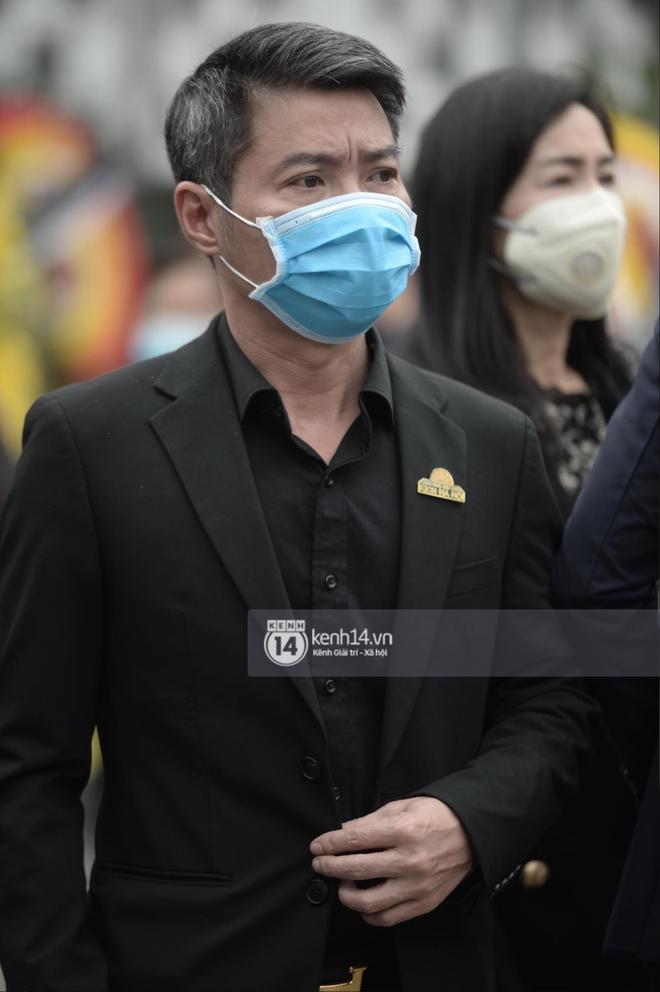 Cập nhật tang lễ cố NSND Trần Hạnh: Công Lý và dàn nghệ sĩ Việt đã có mặt, linh cữu đặt cạnh di ảnh gây xót xa - Ảnh 7.