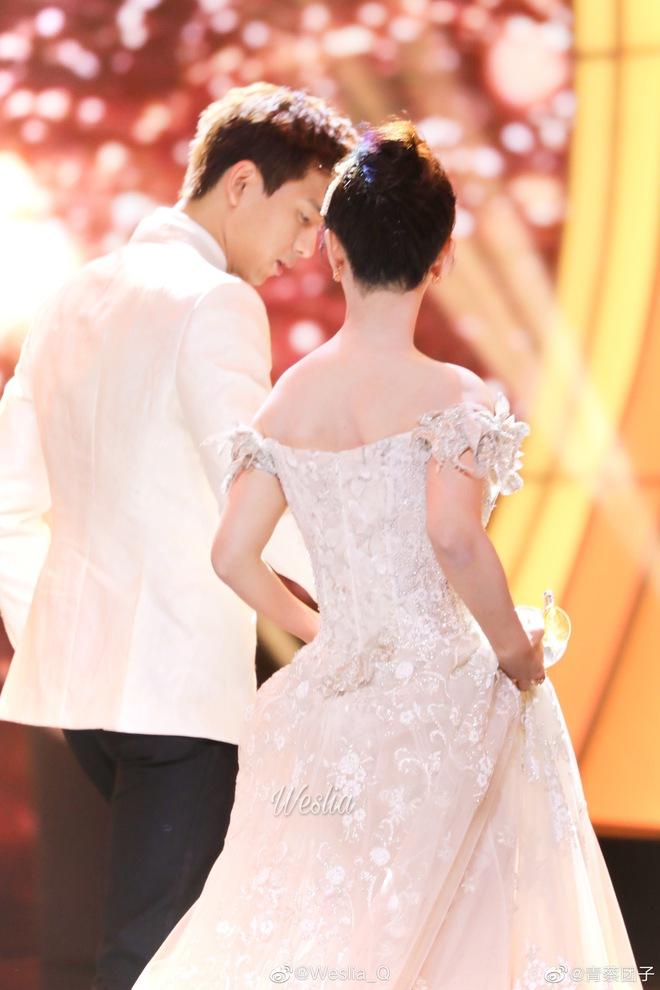 Dương Tử - Lý Hiện như cô dâu chú rể tại sự kiện, hành động lúng túng của Gun Thần với bạn diễn gây bão - ảnh 2