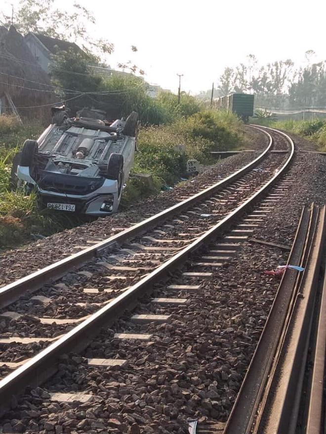 Vụ tàu hỏa đâm ôtô khiến 3 người trong gia đình thương vong: Nhân viên gác chắn kéo barie chậm - ảnh 1