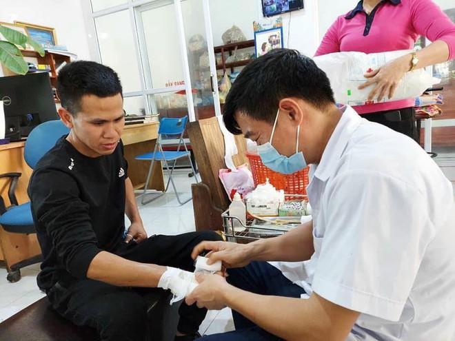 """""""Người hùng"""" Nguyễn Ngọc Mạnh bị rạn xương ngón tay, chưa bắt đầu công việc bình thường - Ảnh 2."""