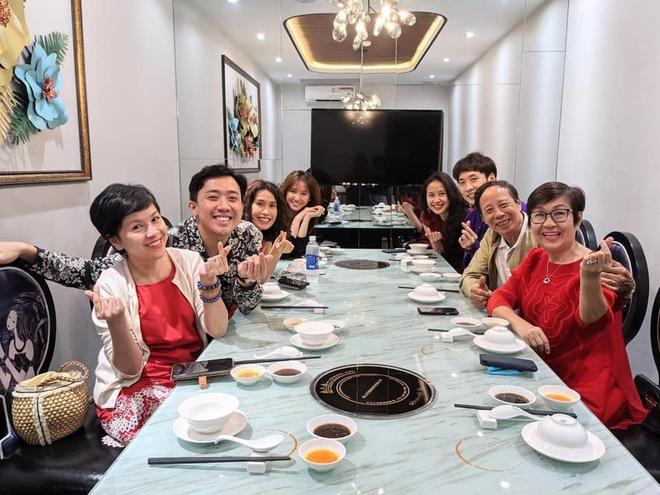 Trấn Thành - Hari Won dắt con trai đi ăn cùng gia đình ngày 8/3, nhìn bàn tiệc toàn thố bào ngư và tôm hùm mà muốn xỉu ngang - ảnh 1