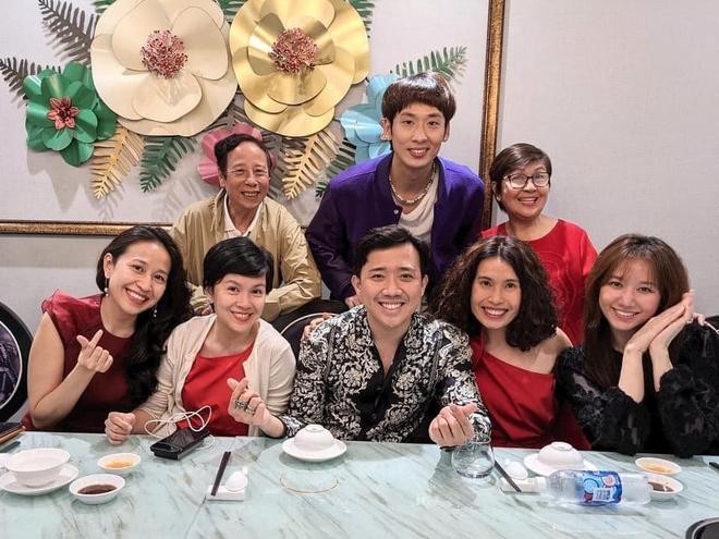 Trấn Thành - Hari Won dắt con trai đi ăn cùng gia đình ngày 8/3, nhìn bàn tiệc toàn thố bào ngư và tôm hùm mà muốn xỉu ngang - ảnh 2