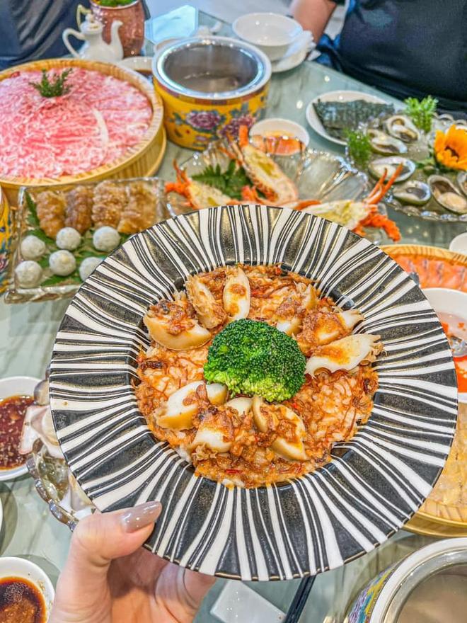 Trấn Thành - Hari Won dắt con trai đi ăn cùng gia đình ngày 8/3, nhìn bàn tiệc toàn thố bào ngư và tôm hùm mà muốn xỉu ngang - ảnh 3