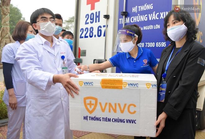 Cập nhật: Những người đầu tiên tại Hà Nội và TP.HCM được tiêm vaccine phòng Covid-19 - Ảnh 4.