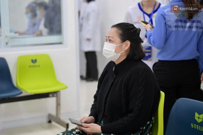 Cập nhật: Những người đầu tiên tại Hà Nội và TP.HCM được tiêm vaccine phòng Covid-19 - Ảnh 9.