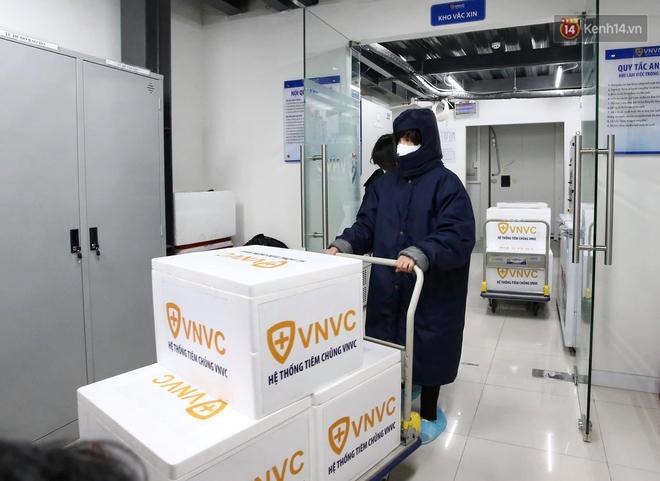 Cập nhật: Những người đầu tiên tại Hà Nội và TP.HCM được tiêm vaccine phòng Covid-19 - Ảnh 2.