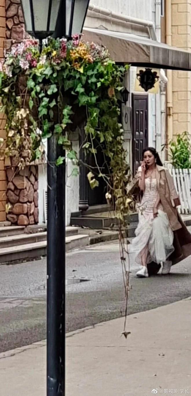 Dương Mịch xách váy cưới chạy tất tả trong phim mới, chị lấy chồng vẫn bị deadline dí hay gì? - ảnh 2