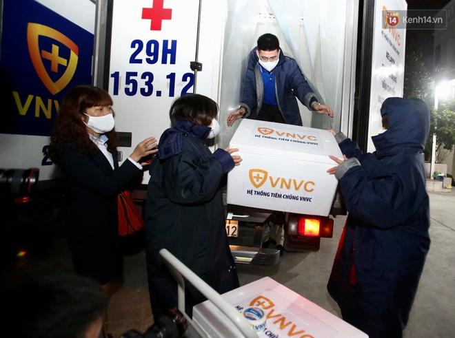 Cập nhật: Những người đầu tiên tại Hà Nội và TP.HCM được tiêm vaccine phòng Covid-19 - Ảnh 1.