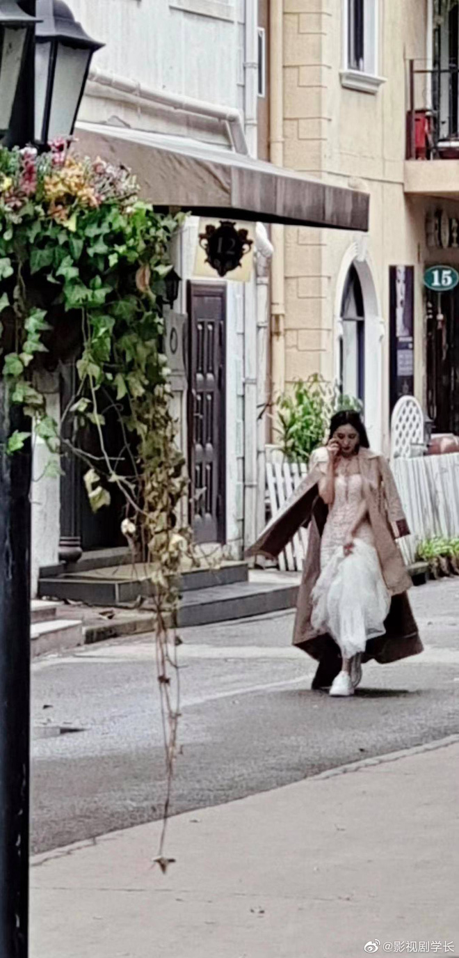 Dương Mịch xách váy cưới chạy tất tả trong phim mới, chị lấy chồng vẫn bị deadline dí hay gì? - ảnh 1