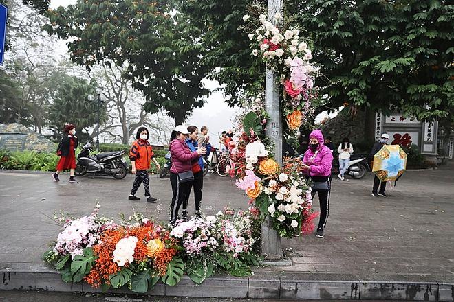 """Hơn 100 cột đèn """"nở hoa"""" giữa trung tâm Hà Nội - ảnh 1"""
