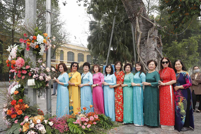"""Hơn 100 cột đèn """"nở hoa"""" giữa trung tâm Hà Nội - ảnh 2"""