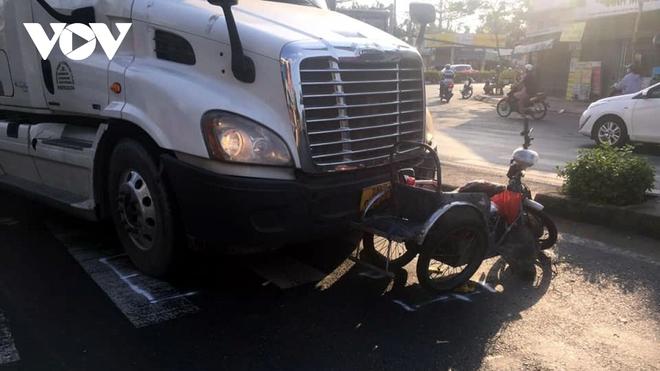 Xe container va chạm xe máy khiến2 người nguy kịch - ảnh 1