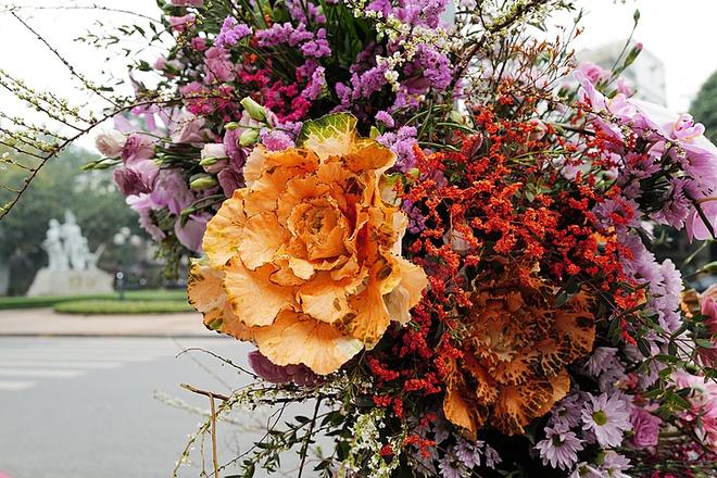 """Hơn 100 cột đèn """"nở hoa"""" giữa trung tâm Hà Nội - ảnh 4"""