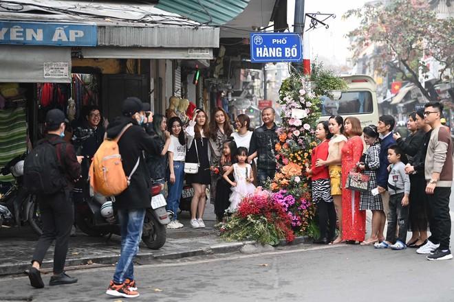 """Hơn 100 cột đèn """"nở hoa"""" giữa trung tâm Hà Nội - ảnh 8"""