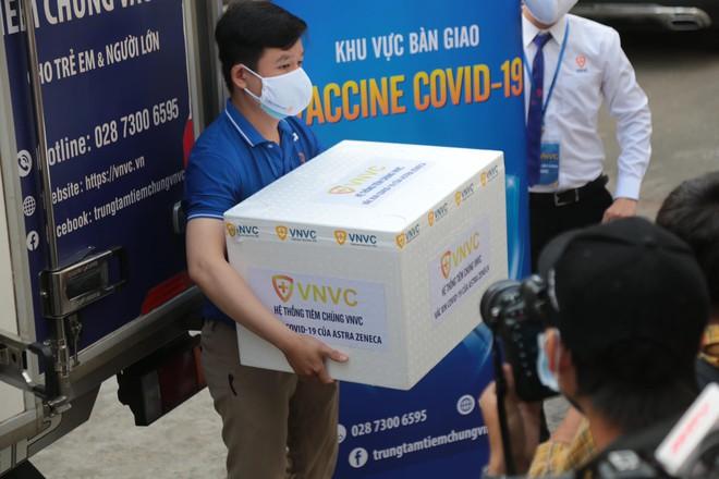 Cập nhật: Những người đầu tiên tại Hà Nội và TP.HCM được tiêm vaccine phòng Covid-19 - Ảnh 13.