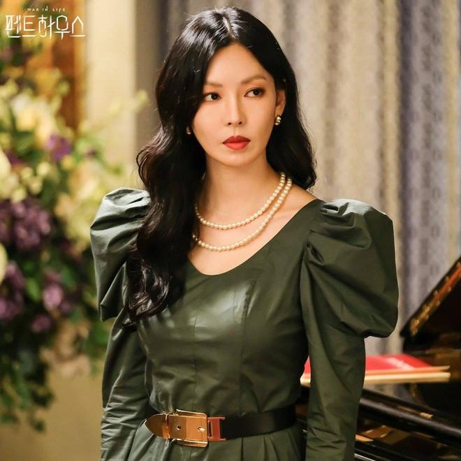 Lú cực mạnh: Đây là cặp địch thủ Penthouse Kim So Yeon - Lee Ji Ah hay 2 chị đẹp Taeyeon - Tiffany SNSD đi lạc? - ảnh 2