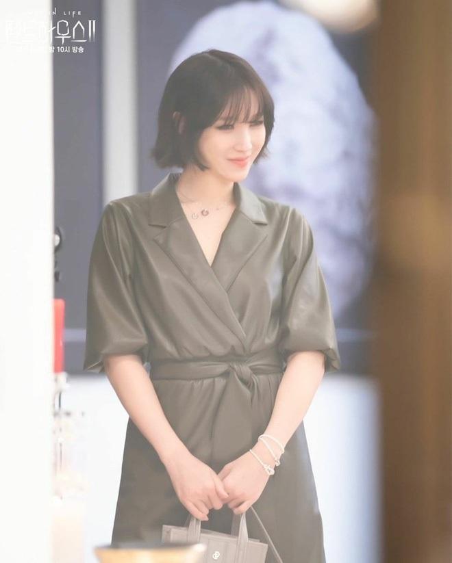 Lú cực mạnh: Đây là cặp địch thủ Penthouse Kim So Yeon - Lee Ji Ah hay 2 chị đẹp Taeyeon - Tiffany SNSD đi lạc? - ảnh 4