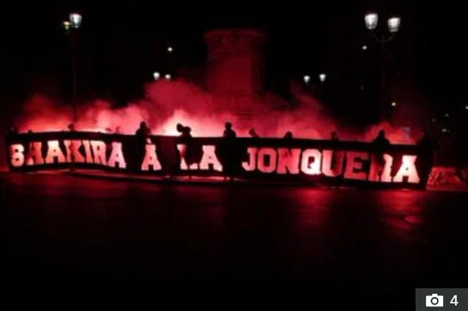 Fan của đội bóng nhà giàu nước Pháp giăng biểu ngữ ám chỉ nữ ca sĩ Shakira là gái mại dâm - ảnh 1
