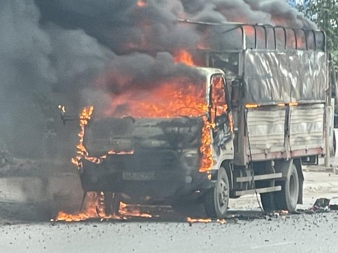 Xe tải chở bật lửa bất ngờ bốc cháy ngùn ngụt, tài xế nhảy khỏi cabin thoát thân - ảnh 1