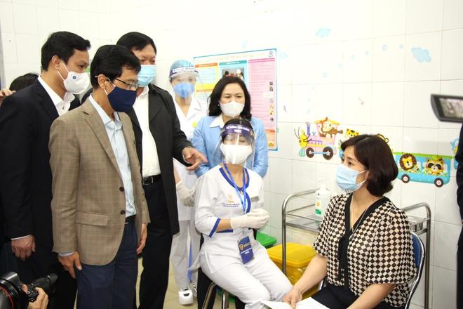 Nữ điều dưỡng tại Hà Nội sốt nhẹ sau khi tiêm vaccine Covid-19 - ảnh 3