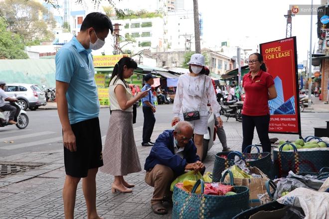 """Đằng sau bức ảnh cụ ông bên đống trái cây ế là tấm lòng thơm thảo của người Sài Gòn: """"Ở đây người ta thương tui dữ lắm"""" - Ảnh 5."""