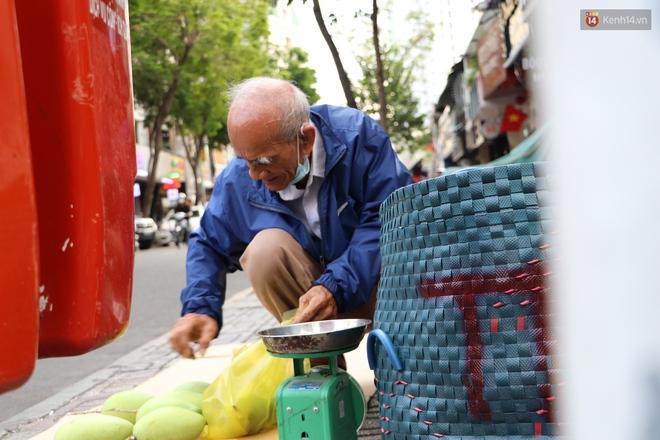 """Đằng sau bức ảnh cụ ông bên đống trái cây ế là tấm lòng thơm thảo của người Sài Gòn: """"Ở đây người ta thương tui dữ lắm"""" - Ảnh 8."""