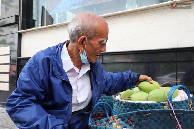 """Đằng sau bức ảnh cụ ông bên đống trái cây ế là tấm lòng thơm thảo của người Sài Gòn: """"Ở đây người ta thương tui dữ lắm"""" - Ảnh 3."""