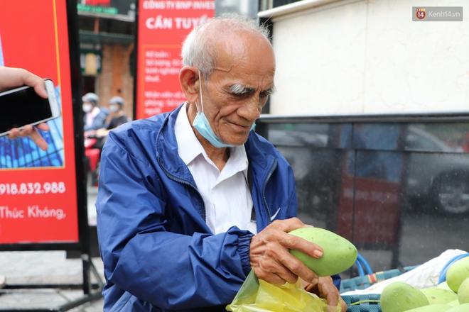 """Đằng sau bức ảnh cụ ông bên đống trái cây ế là tấm lòng thơm thảo của người Sài Gòn: """"Ở đây người ta thương tui dữ lắm"""" - Ảnh 7."""
