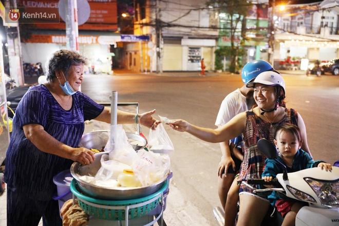 3 câu chuyện nhỏ xíu xứ Tây Đô: Từ tiếng rao sữa đậu nành của chú Vũ, gánh xôi của dì Sáu đến nụ cười 2.000 đồng giữa lòng thành phố - ảnh 8