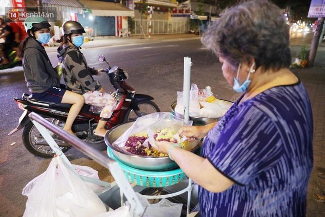 3 câu chuyện nhỏ xíu xứ Tây Đô: Từ tiếng rao sữa đậu nành của chú Vũ, gánh xôi của dì Sáu đến nụ cười 2.000 đồng giữa lòng thành phố - ảnh 10