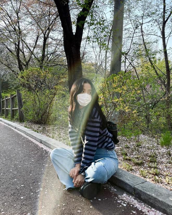 Học nhanh Jisoo vài chiêu diện jeans thật xinh, vừa đơn giản mà chuẩn bánh bèo Hàn Quốc - ảnh 4