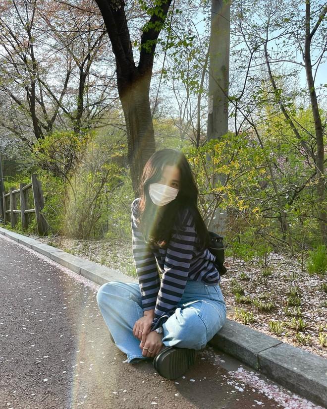 Học nhanh Jisoo vài chiêu diện jeans thật xinh, vừa đơn giản mà chuẩn bánh bèo Hàn Quốc - ảnh 3