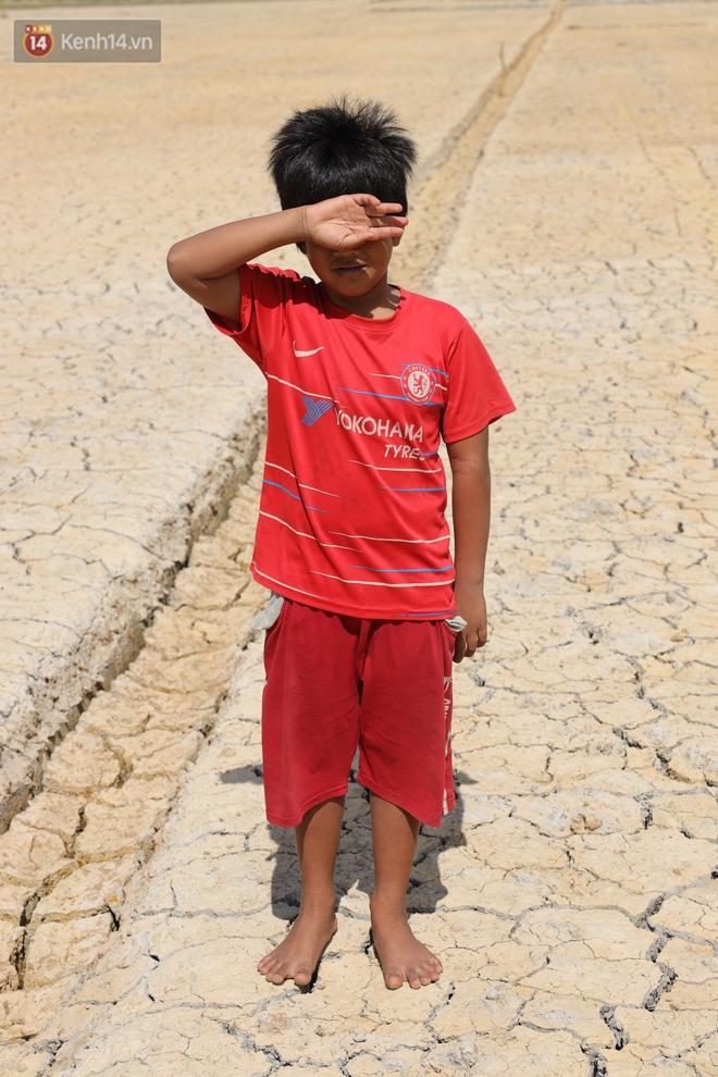 Người miền Tây bên những cánh đồng nứt toác vì hạn mặn: Lúa trồng xuống là chết, nước sông mặn đắng cả rồi! - ảnh 8