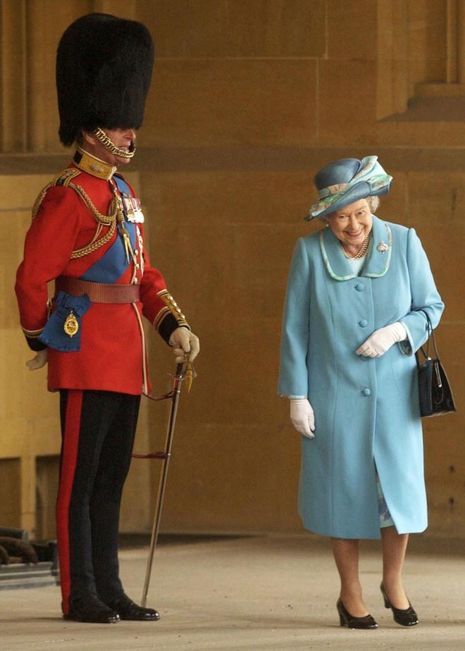 Câu chuyện phía sau bức ảnh cười khúc khích của cố Hoàng thân Philip và Nữ hoàng Anh: Ngôn tình hoá ra lại bình dị đến vậy! - ảnh 1