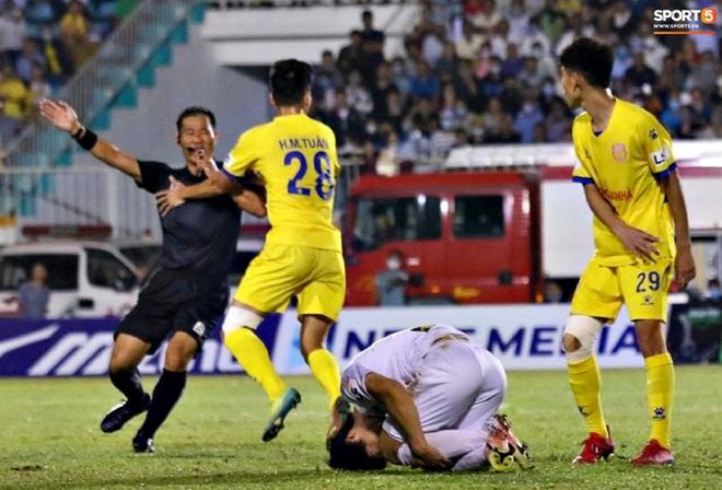 Tranh cãi: Công Phượng vung tay trúng mặt cầu thủ Nam Định nhưng không bị thổi phạt - ảnh 1