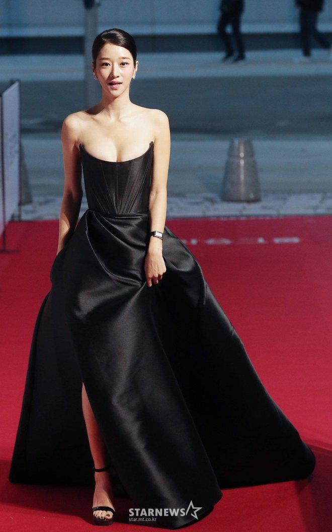 Những màn o ép vòng 1 muốn bung cúc của Seo Ye Ji: O ép bức thở trên thảm đỏ, từ tạp chí ra ngoài đời đều khoe bỏng mắt - ảnh 1