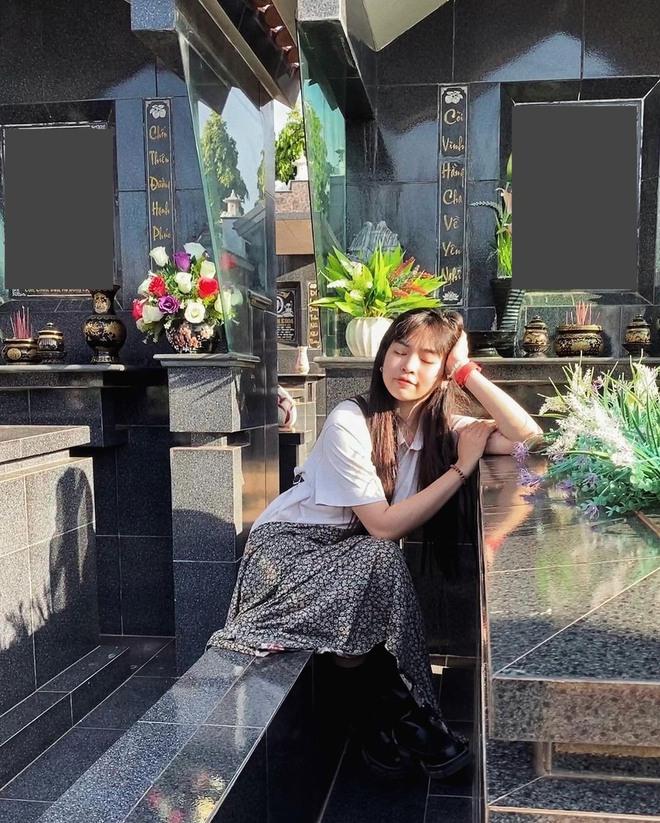 Gây tranh cãi vì loạt ảnh tạo dáng ở bia mộ người thân, Khánh Vân lên tiếng: Đã tham khảo ảnh nghệ sĩ đi tảo mộ - Ảnh 3.
